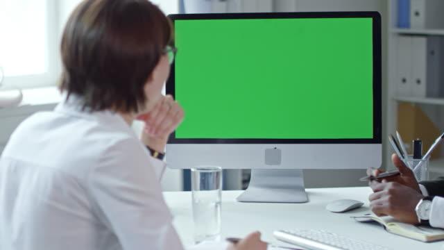 business team videotelefonie auf computer mit greenscreen - webinar stock-videos und b-roll-filmmaterial
