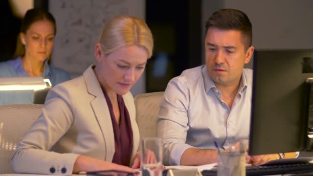 vídeos de stock, filmes e b-roll de equipe de negócios com computador, trabalhar até tarde no escritório - sul europeu