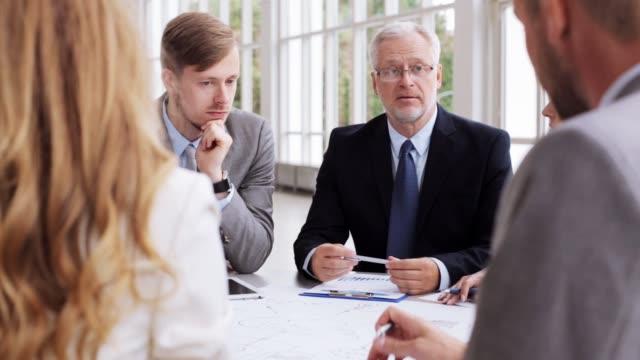 business-team mit regelung treffen im büro - generaldirektor oberes management stock-videos und b-roll-filmmaterial