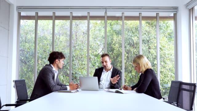 現代オフィスで働くビジネスチーム - ソーサー点の映像素材/bロール