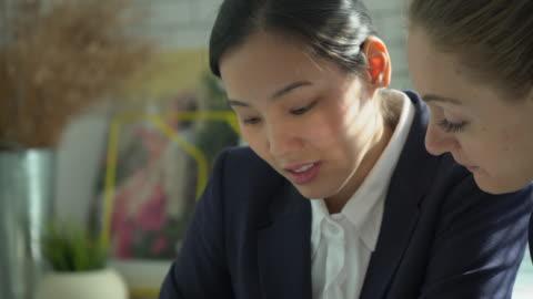 vídeos de stock e filmes b-roll de business team working in casual meeting - fato