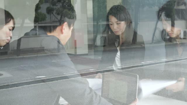 カジュアルなビジネスチームで働くミーティング - ミーティング点の映像素材/bロール