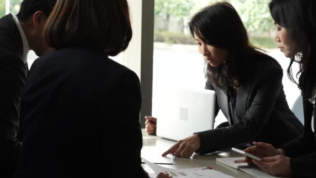 vidéos et rushes de équipe des affaires en réunion de travail décontractée - seulement des japonais