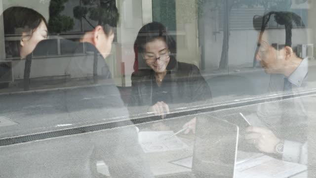 vídeos de stock e filmes b-roll de de negócios trabalhando em equipe casuais reunião - senior business woman tablet