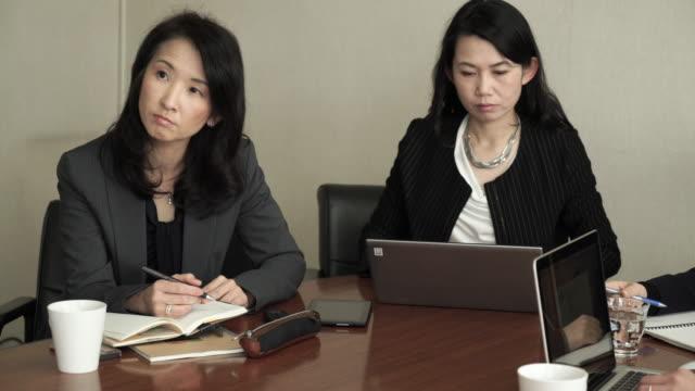 business-team som arbetar i mötesrummet - formella kontorskläder bildbanksvideor och videomaterial från bakom kulisserna