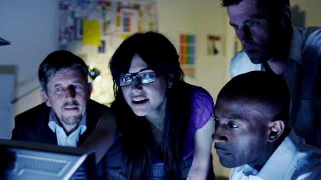 biznes zespół pracy wieczorem - trenować sport filmów i materiałów b-roll