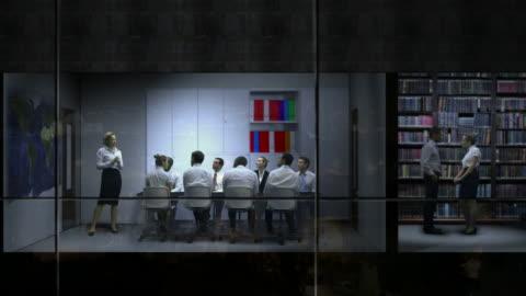 vidéos et rushes de affaires équipe travaillant tard dans la nuit - panoramique