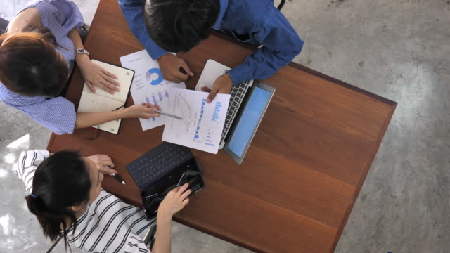 business team arbeiten - konferenztisch stock-videos und b-roll-filmmaterial