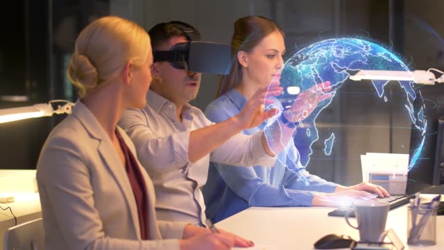 vídeos de stock e filmes b-roll de business team working with virtual reality headset  at night office - business woman hologram