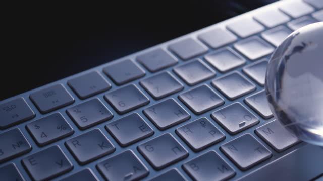 business-technologie, weiße drahtlose tastatur und glaskugel auf schwarzem hintergrund. konzeptionelle geschäftsstrategie. - hausschlüssel stock-videos und b-roll-filmmaterial
