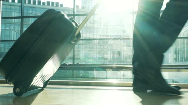 stockvideo's en b-roll-footage met zakelijke reizen. - vliegveld vertrekhal