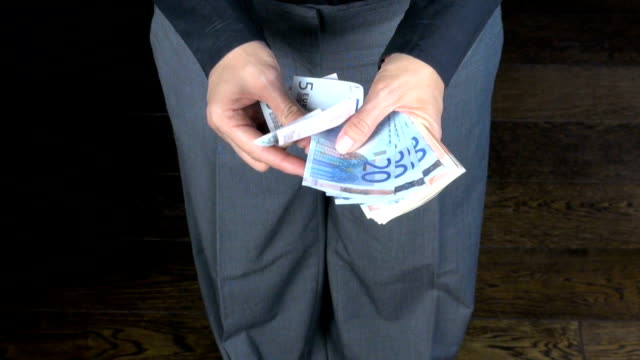 business-hosen geldzählen - handvoll stock-videos und b-roll-filmmaterial