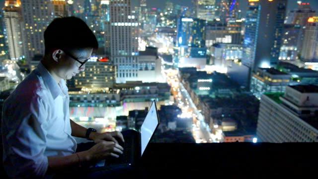 geschäft mit laptop und digital-tablette auf skyscaper hintergrund - börsenhandel finanzberuf stock-videos und b-roll-filmmaterial