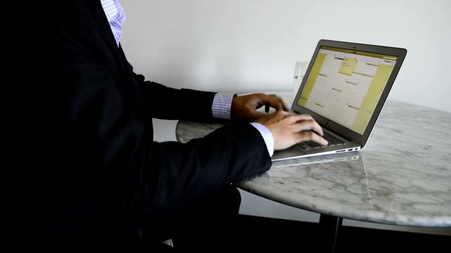 business mit laptop - mouse pad stock-videos und b-roll-filmmaterial