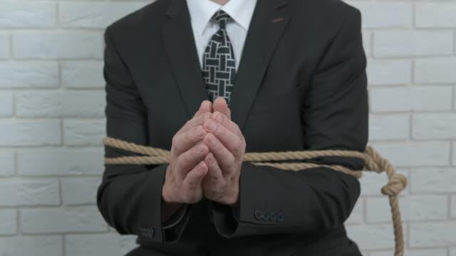 vidéos et rushes de guerre d'affaires dans le bureau - ligoté