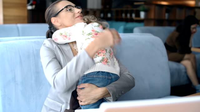Femme d'affaires et de mère dans un - Vidéo