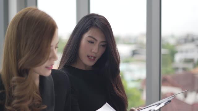 business-frau und partner analyse und planung strategie unternehmen. arbeiter sitzen und denken eine neue ideen zum erfolg - zuschauerraum stock-videos und b-roll-filmmaterial