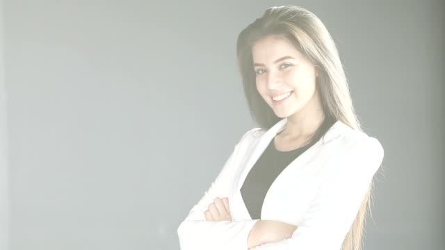 vidéos et rushes de bras de la femme d'affaires croisées avec effet de lumière et les reflets. - mode bureau