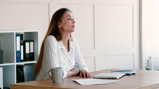i̇ş kadını işi bitirdikten sonra işyerinde sıkıcı - burnout stok videoları ve detay görüntü çekimi