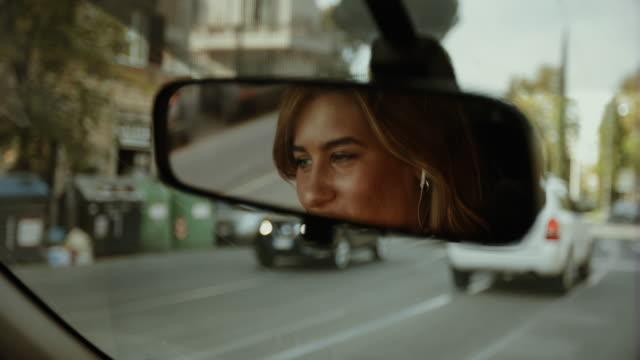 vídeos de stock, filmes e b-roll de mulher de negócio que comuta, dirigindo o carro em roma - carro mulher