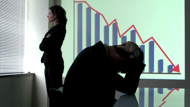 がっかりしてビジネスの女性を会社の赤字 - 経済破綻点の映像素材/bロール