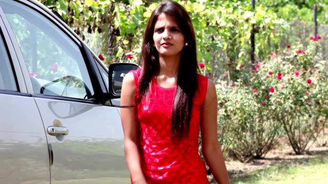 Business vrouw krijgt uit haar Premium klasse auto video