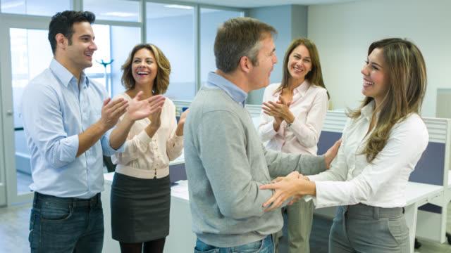 Mujer de negocios, obtener una promoción en la oficina - vídeo