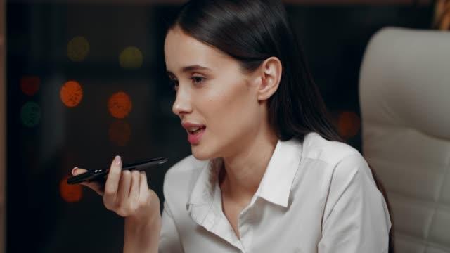 affärs kvinna på kontoret-talking på telefon med högtalare - kommunikation bildbanksvideor och videomaterial från bakom kulisserna