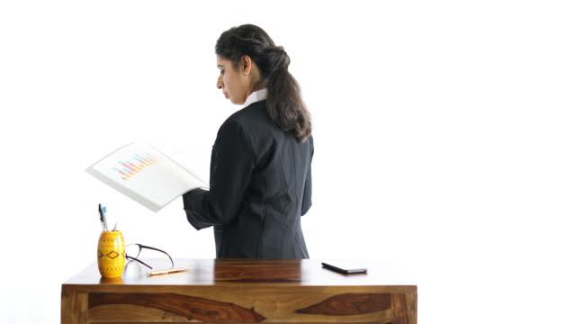 geschäftsfrau beim überprüfen von office-dateien - formelle geschäftskleidung stock-videos und b-roll-filmmaterial
