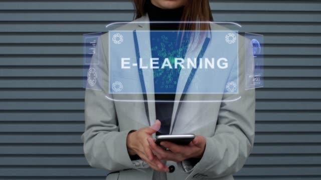 vidéos et rushes de la femme d'affaires interagit hud hologramme e-learning - étudiant(e)