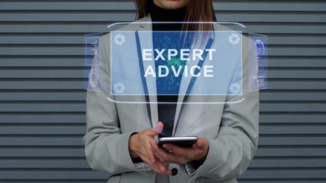 vídeos de stock, filmes e b-roll de a mulher de negócio interage o holograma de hud expert advice - assistente jurídico