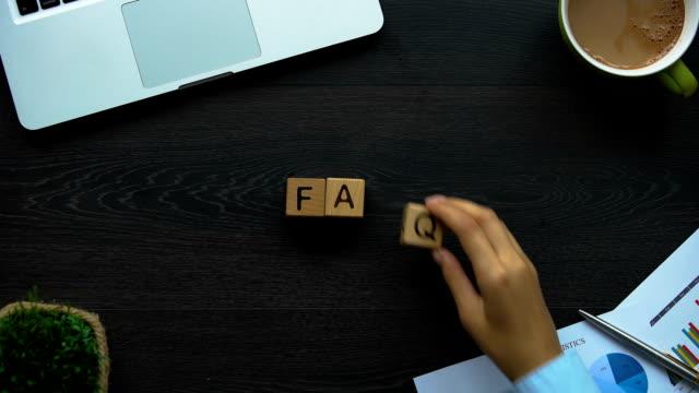 vídeos y material grabado en eventos de stock de faq, mujer de negocios que abreviatura de cubos, soporte técnico para clientes - faq