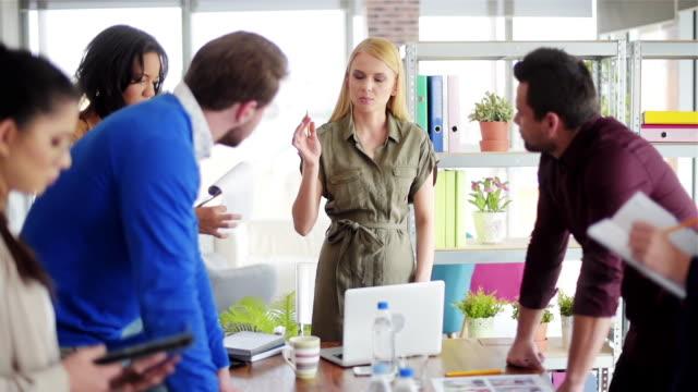 stockvideo's en b-roll-footage met zakenvrouw een team van mensen beheren via vergadering - lood