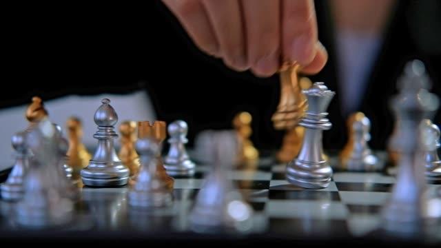 business frau spielen schach kämpfen spiel planung der führenden strategie erfolgreiche führungskraft - könig schachfigur stock-videos und b-roll-filmmaterial
