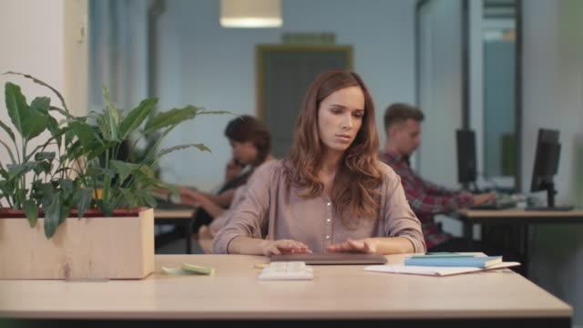 geschäftsfrau liest schlechte nachrichten beim coworking. müde frau atmen tief. - atemübung stock-videos und b-roll-filmmaterial