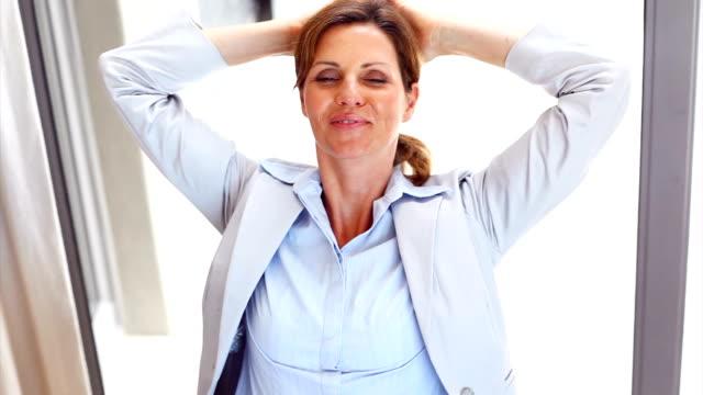 donna d'affari rilassante presso la sua scrivania - sorriso aperto video stock e b–roll