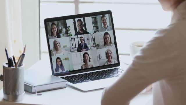 geschäftsfrau remote-arbeiter videokonferenz kollegen durch gruppen-videoanruf - ausbilder stock-videos und b-roll-filmmaterial
