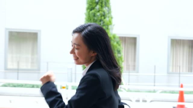 비즈니스 여성 실행 - 성인 전용 스톡 비디오 및 b-롤 화면