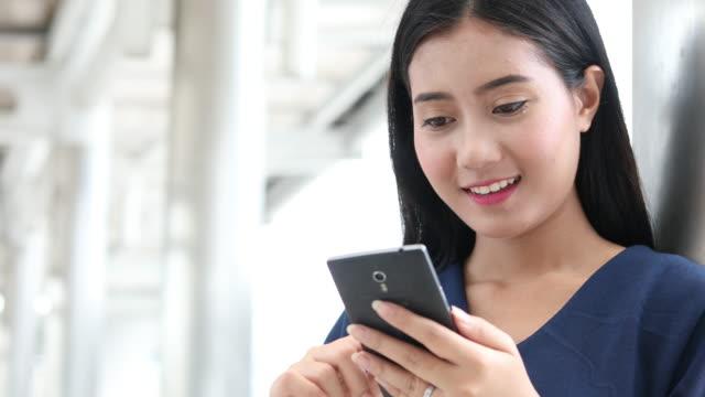 vídeos de stock, filmes e b-roll de mulher de negócios, compras on-line telefone inteligente - pin