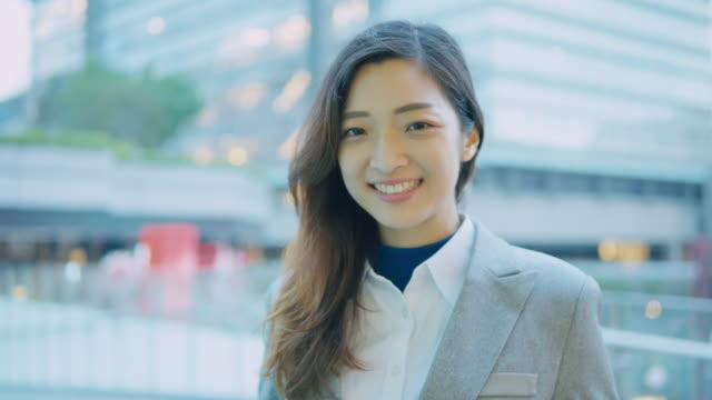 vídeos de stock, filmes e b-roll de mulher de negócios sorrindo para você - ásia