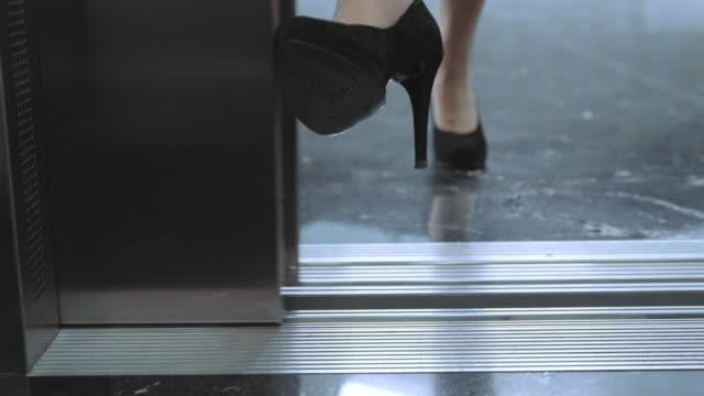 vídeos de stock, filmes e b-roll de ds mulher para o elevador, com pé e porta de entrada - salto alto