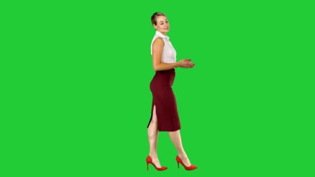 affärskvinna starkt framåt och prata med kameran på en grön skärm, chroma key - kostym sida bildbanksvideor och videomaterial från bakom kulisserna