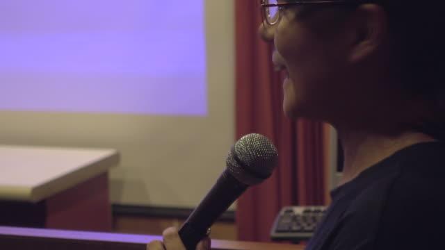 uomo d'affari parla in sala seminari - foro video stock e b–roll