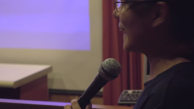 business woman talk in seminar room - debate стоковые видео и кадры b-roll