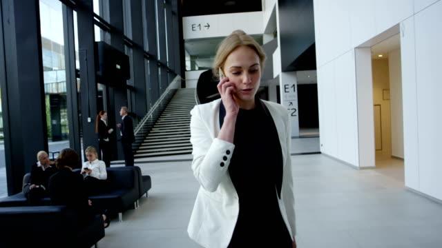 stockvideo's en b-roll-footage met zakenvrouw praten over telefoon - business woman phone
