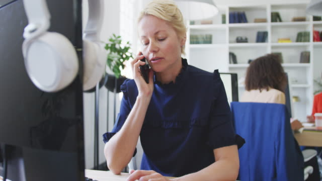 Geschäftsfrau telefoniert – Video
