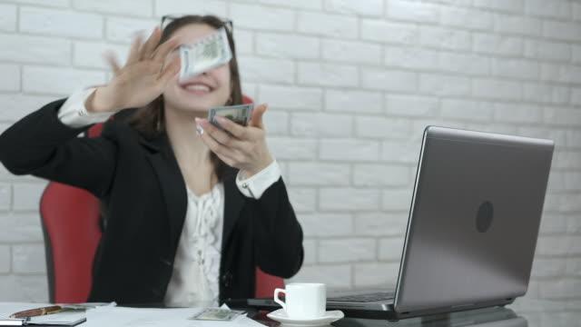 geschäftsfrau wirft bargeld. - weibliche angestellte stock-videos und b-roll-filmmaterial