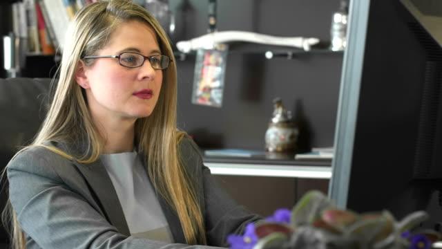 business frau tippen auf schreibtisch - formelle geschäftskleidung stock-videos und b-roll-filmmaterial