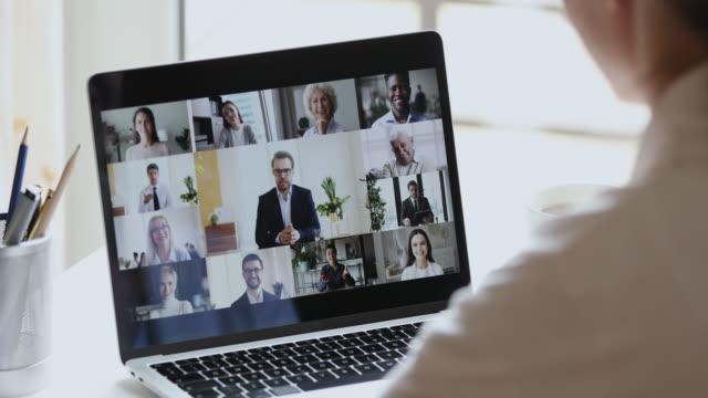 stockvideo's en b-roll-footage met business woman video conferencing baas en collega's door online call - corona scherm