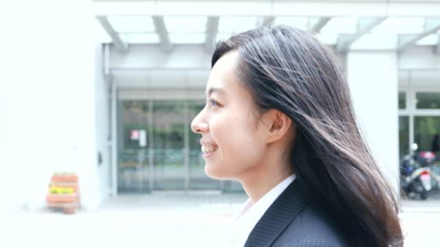 affärskvinna som promenader - kostym sida bildbanksvideor och videomaterial från bakom kulisserna